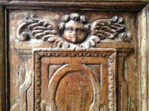 Intarsio in legno portone di ingresso, chiesa sconsacrata Firenze, Putto in legno